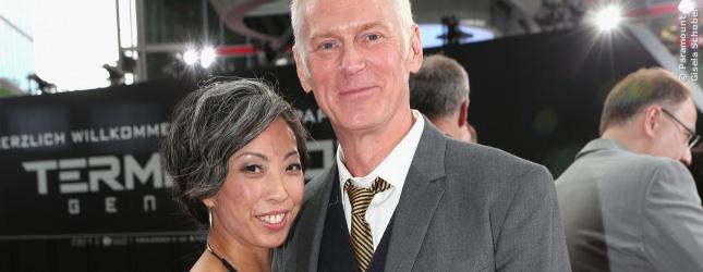 Nicki Ledermann und Terminator 5 Regisseur Alan Taylor eng umschlungen auf dem Roten Teppich.