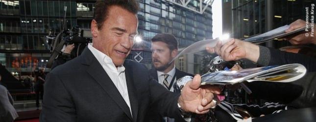 Auch Arnie hat alles unterschrieben, was ihm die Fans vor die Nase gehalten haben. Sehr sympathische Terminator-Stars!