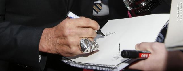 Beachtet bitte den Terminator-Ring an Arnold Schwarzeneggers Hand. Sehr cool!