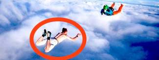 Mann springt Fallschirm ohne Fallschirm